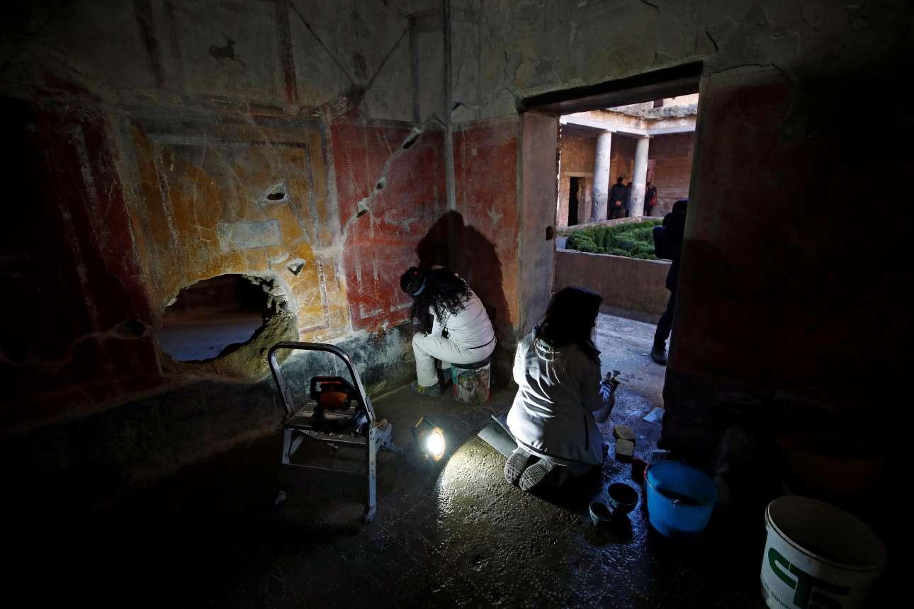 Αρχαιολόγοι εργάζονται στο Σπίτι των Εραστών. Το διώροφο σπίτι βρέθηκε άθικτο το 1933 κάτω από ένα τεράστιο στρώμα τέφρας που το προστάτεψε από τον καιρό και τους αρχαιοκάπηλους