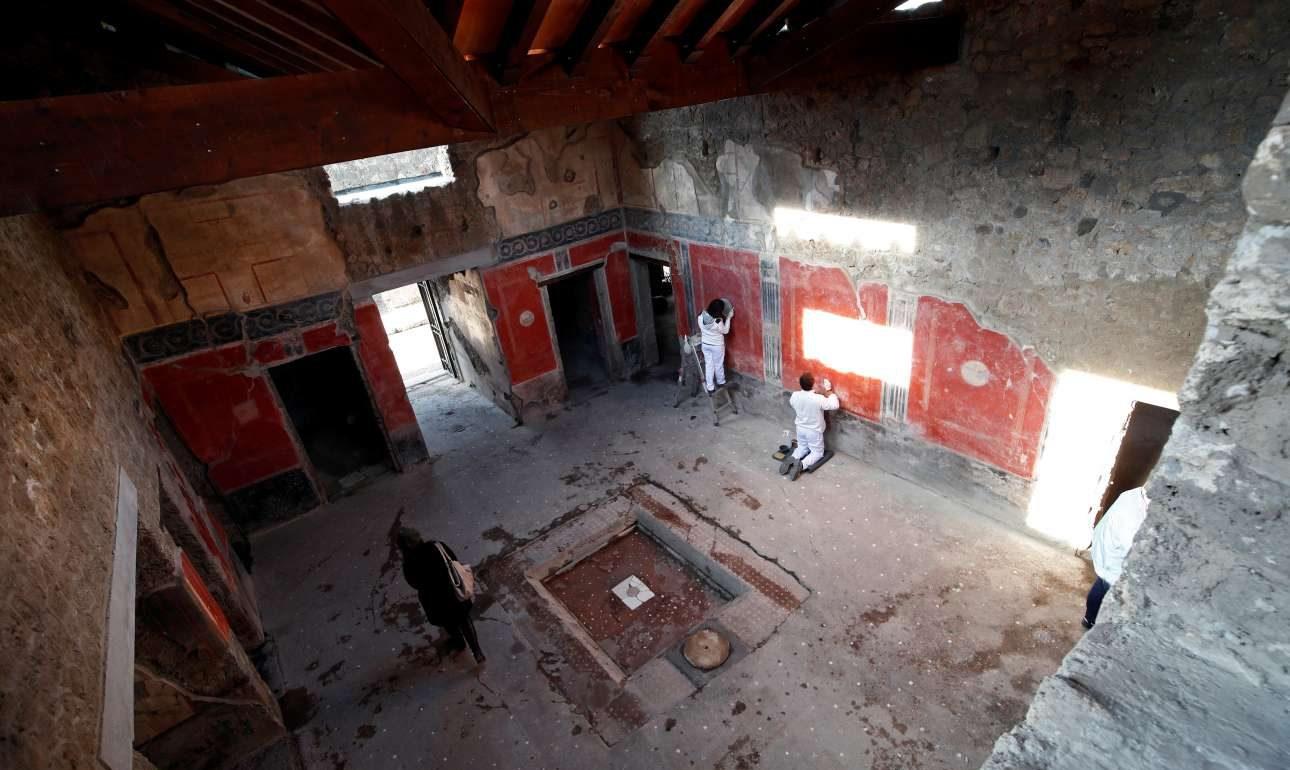Αρχαιολόγοι και συντηρητές εργάζονται στο Σπίτι των Εραστών. Το πρόγραμμα ανασκαφών και αποκατάστασης του αρχαιολογικού χώρου της Πομπηίας, ο οποίος είχε παραμεληθεί επί δεκαετίες από την ιταλική κυβέρνηση –μέχρι που άρχισαν να καταρρέουν οικίες– βρίσκεται σε πλήρη εξέλιξη από το 2014 και έχει να επιδείξει θεαματικά ευρήματα τα τελευταία χρόνια
