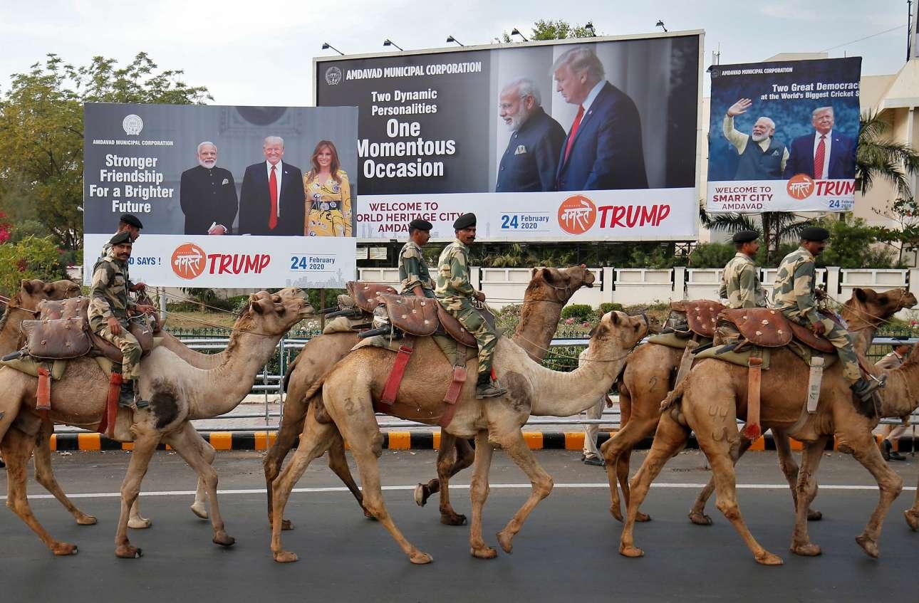 Ινδία. Στρατιώτες καβάλα σε καμήλες προβάρουν την υποδοχή του Ντόναλντ Τραμπ και της συζύγου του Μελάνια στο Αχμενταμπάντ, στον τόπο καταγωγής του ινδού πρωθυπουργού Ναρέντρα Μόντι