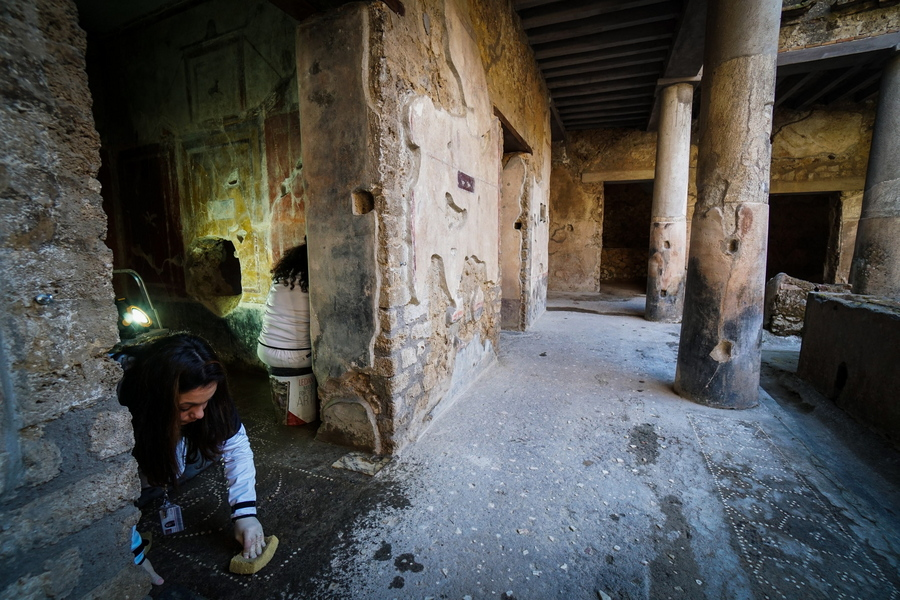 Συντηρήτρια εργάζεται για την αποκατάσταση μωσαϊκού στο Σπίτι των Εραστών
