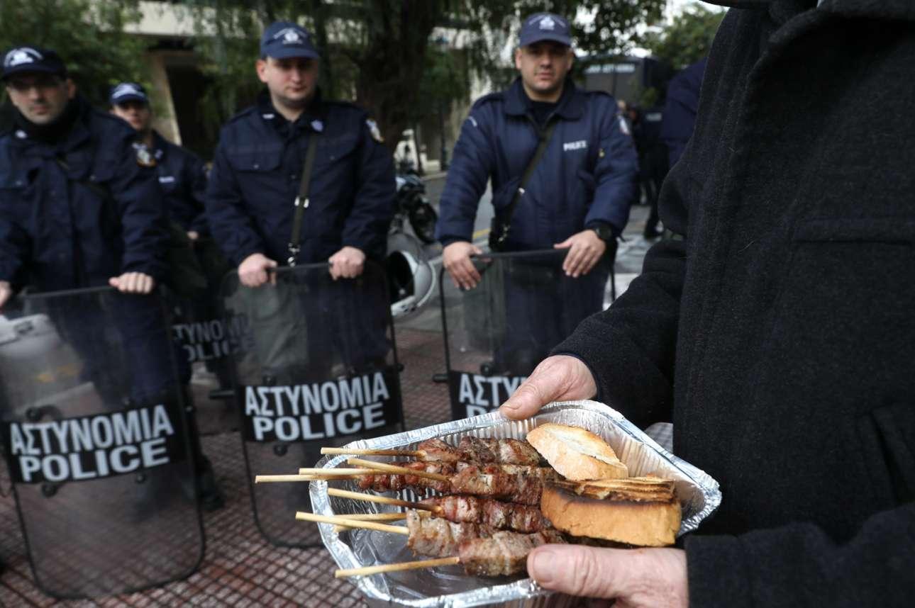Ελλάδα. Κνίσα κάλυψε τις παρυφές του Μεγάρου Μαξίμου, στην Αθήνα, από τις ψησταριές των υπαλλήλων των νοσοκομείων που «γιόρτασαν αγωνιστικά» την εθιμική Τσικνοπέμπτη. Οι αστυνομικοί αρνήθηκαν να πάρουν μεζέ, αν και τους προσφέρθηκαν σουβλάκια