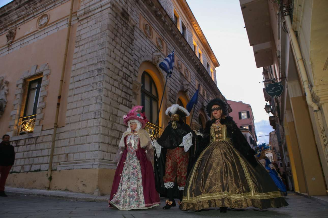 Ελλάδα. «Βενετσιάνικη Περαντζάδα 2020» καλείται αυτό το αποκριάτικο σουλάτσο των μασκαράδων στην Κέρκυρα, με στολές εμπνευσμένες από το βεστιάριο της Γαληνοτάτης