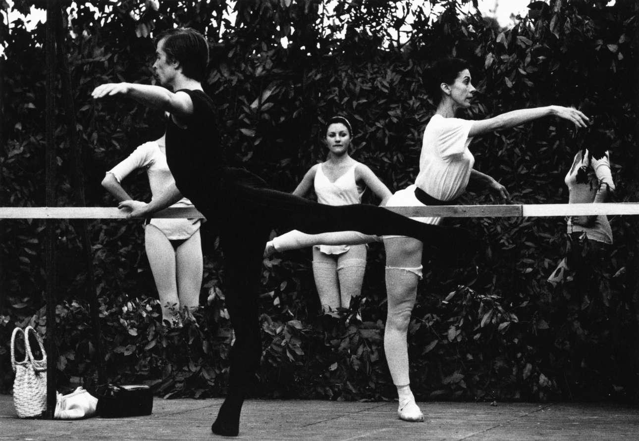 Η Μαργκότ Φοντέιν και Ρούντολφ Νουρέγιεφ κάνουν μάθημα πριν την εμφάνιση τους στη «Λίμνη των Κύκνων» στο φεστιβάλ Nervi της Ιταλίας, το 1962