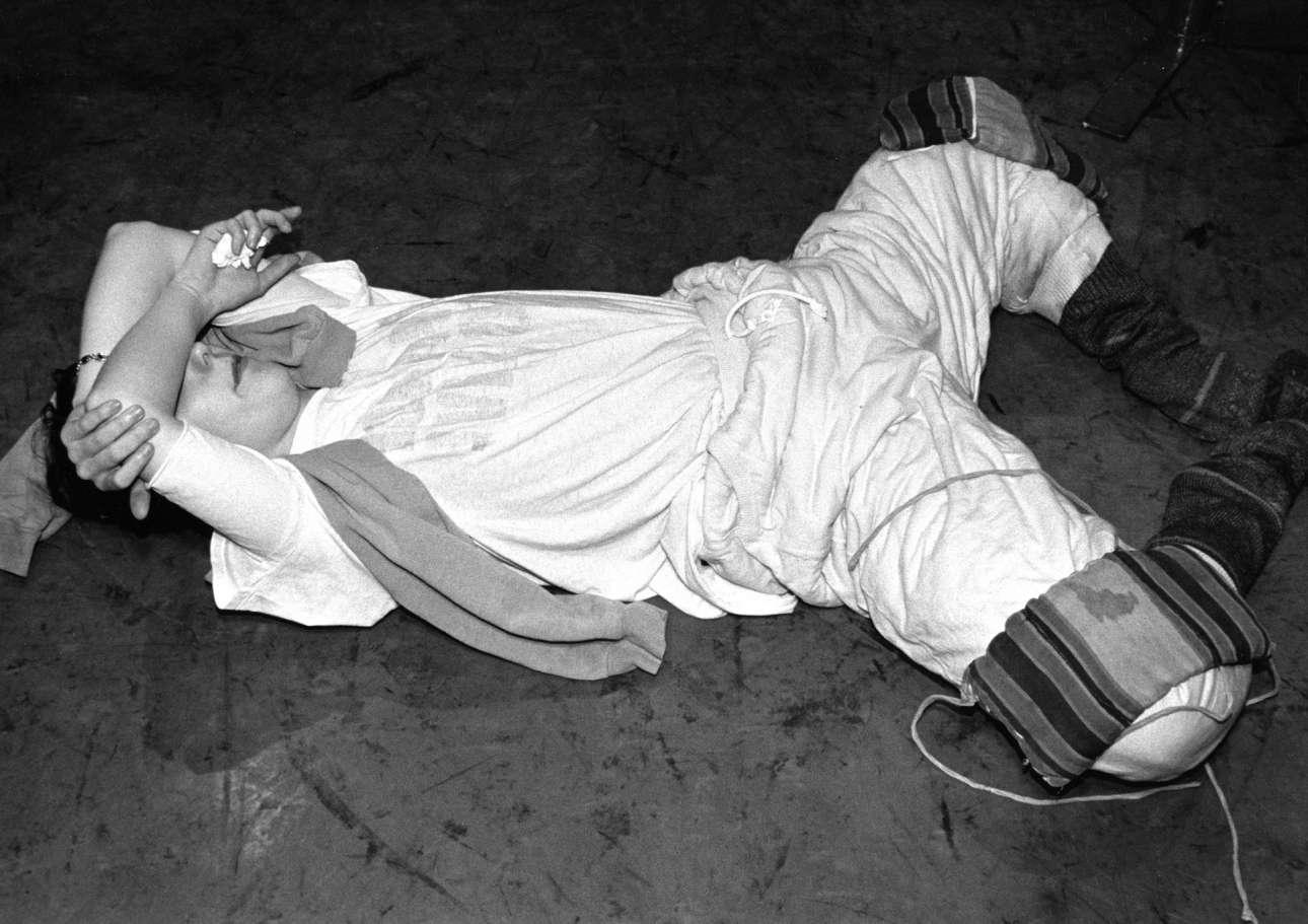 Μία συνηθισμένη πρακτική του μπαλέτου: χορευτής κάνει «ανοίγματα» με βάρη πάνω στα πόδια του