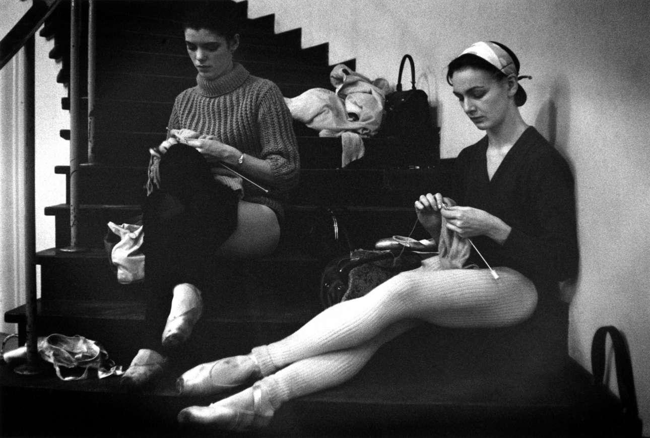 Μπαλαρίνες περνούν τον χρόνο τους στις πρόβες κεντώντας, κατά τη διάρκεια περιοδείας του Βασιλικού Μπαλέτου στη Βρετανία