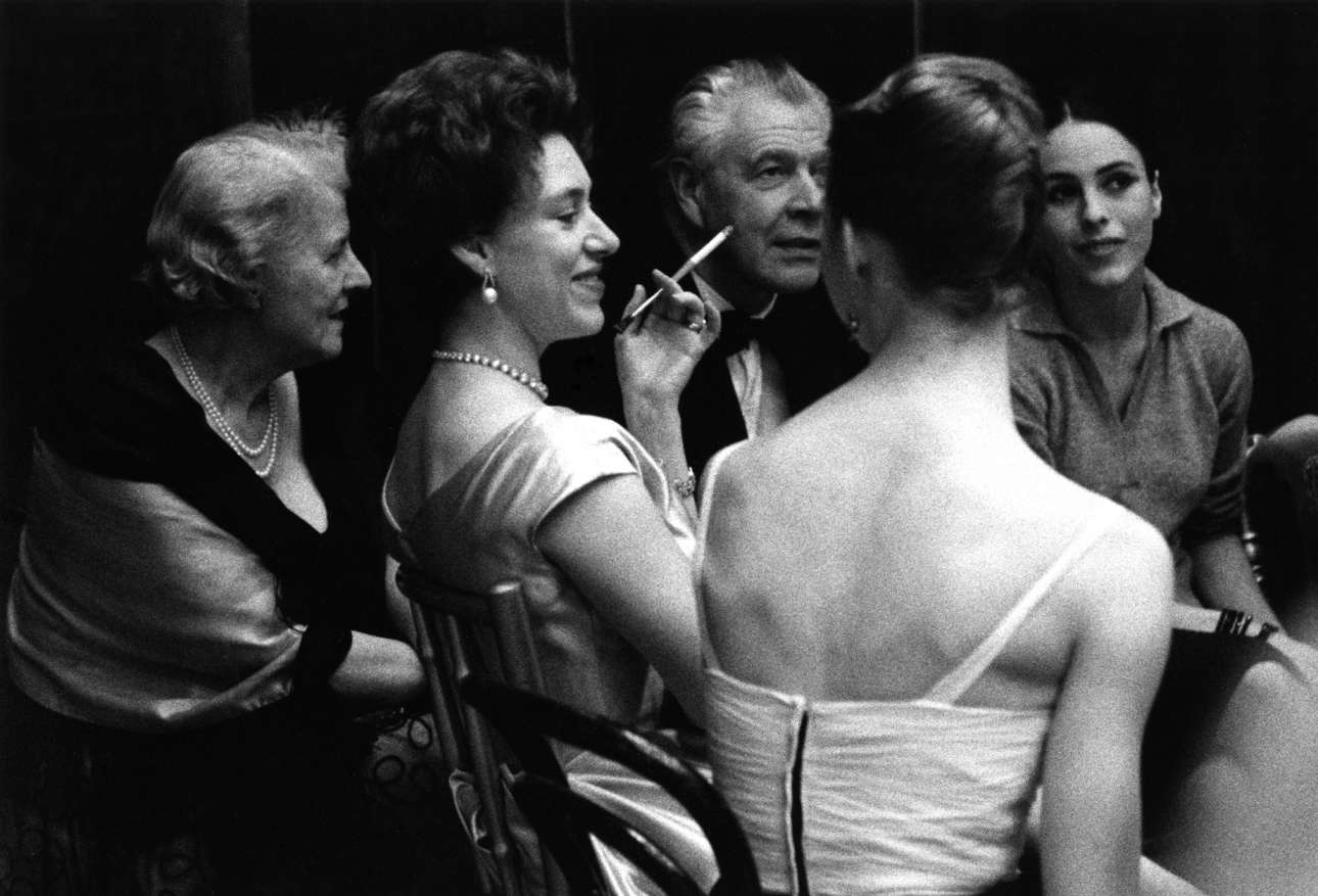 Η πριγκίπισσα Μαργαρίτα (στο κέντρο) σε πάρτι πάνω στη σκηνή της Βασιλικής Οπερας στο Λονδίνο, παρέα με τις χορεύτριες Τζορτζίνα Πάρκινσον και Αντουανέτα Σίμπλεϊ