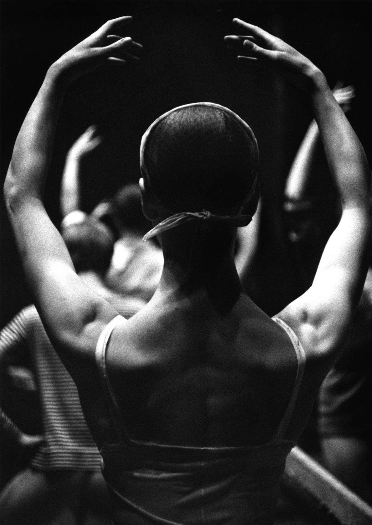 H Ελεν Σταρ σε μεικτή τάξη που πραγματοποιείται στη σκηνή του Royal Ballet Touring Company στο Νιουκάστλ