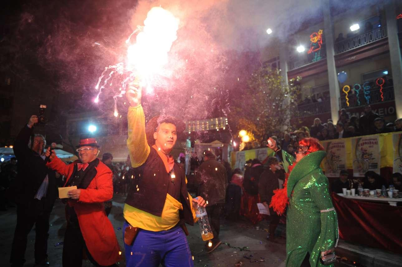 Καρναβαλιστές βγαίνουν στους δρόμους του Τυρνάβου για να γιορτάσουν το έθιμο που έχει τις ρίζες του στη διονυσιακή λατρεία