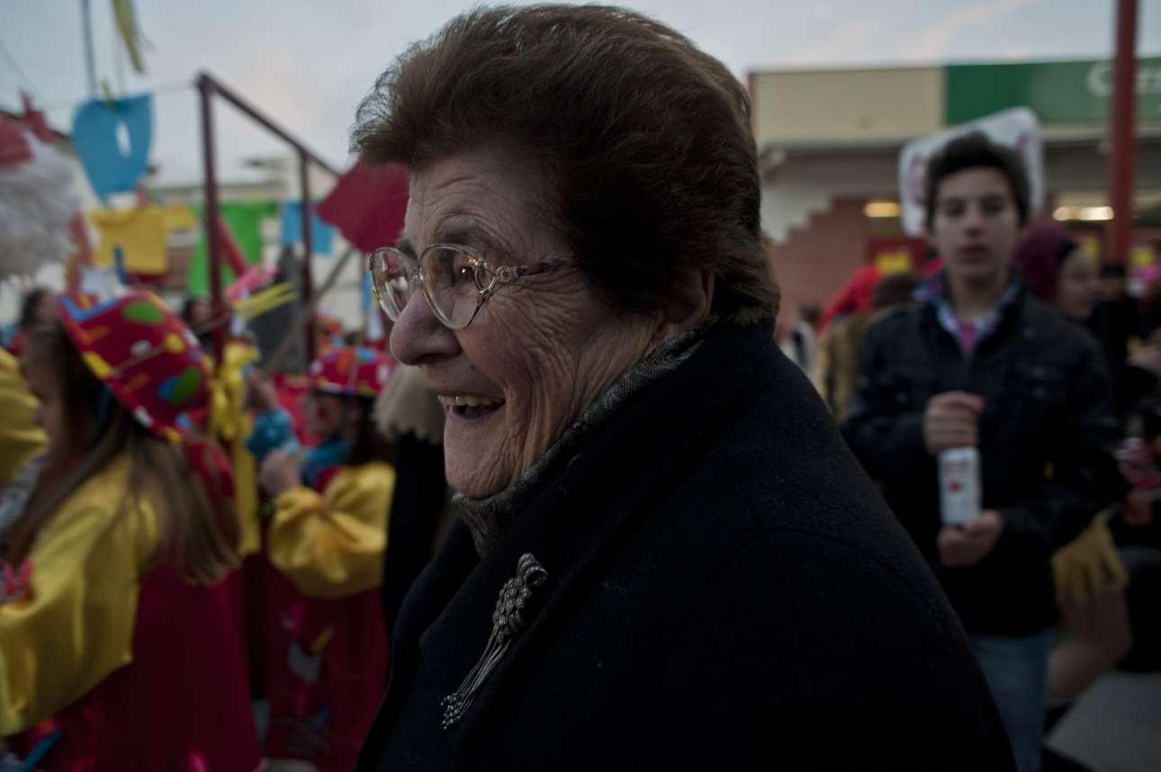 Μία ηλικωμένη γυναίκα δεν μπορεί να συγκρατήσει τα γέλια της με αυτά που βλέπει