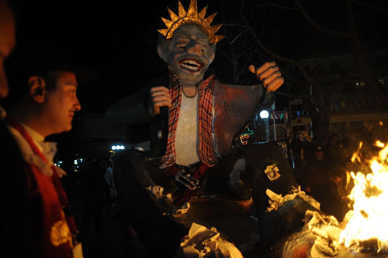 Την Κυριακή της Αποκριάς, στις εννιά το βράδυ, ολοκληρώνεται η παρέλαση με το κάψιμο του βασιλιά Καρνάβαλου, αμέτρητα πυροτεχνήματα που στολίζουν τη νύχτα και τους γλετζέδες που εύχονται μεταξύ τους «πάμε για του χρόνου»!