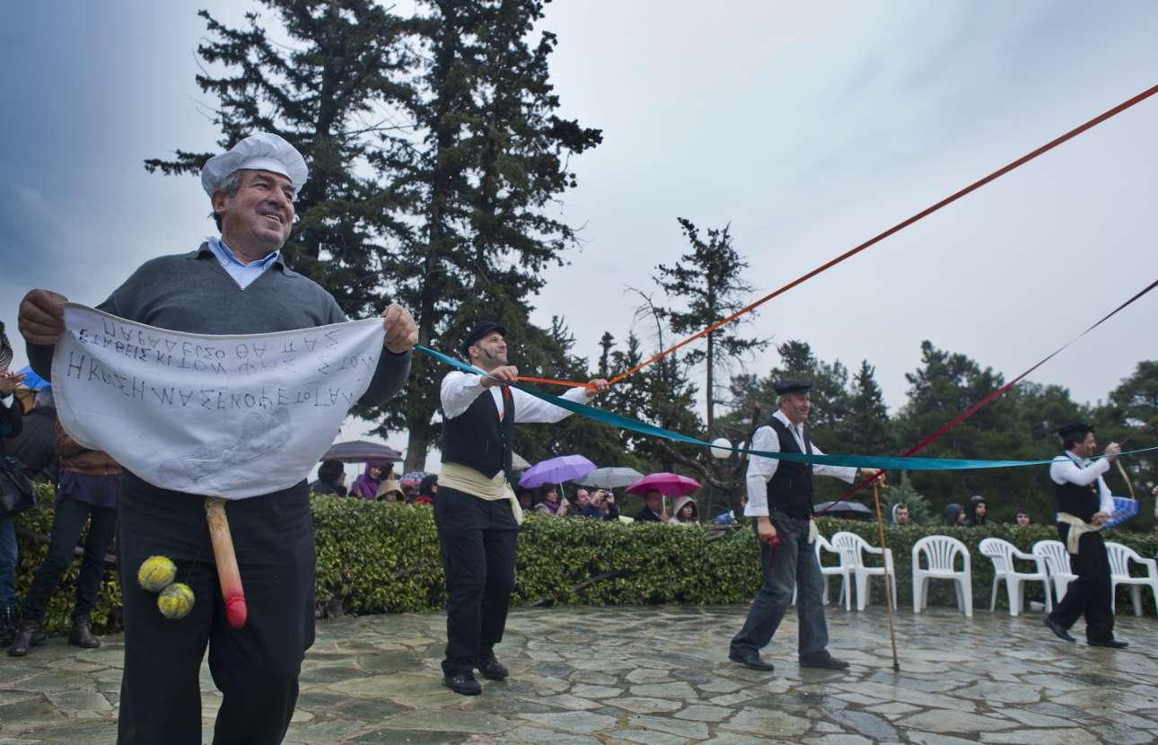 Οι εορτασμοί κορυφώνονται στις πλατείες του Τυρνάβου. Εκεί χορεύουν γύρω από το γαϊτανάκι και φτιάχνουν το παραδοσιακό «μπουρανί»: έναν χυλό από τα πρώτα ματζούνια της άνοιξης, τσουκνίδες και σπανάκι ανακατεμένα με αλεύρι, τον οποίο προσφέρουν στον κόσμο