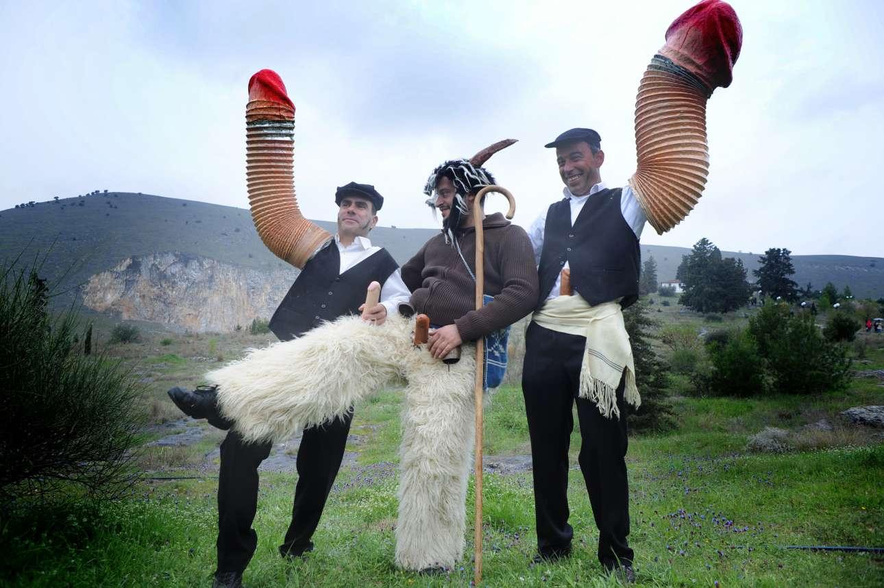 Γιορτάζοντας τη διονυσιακή γιορτή της ευγονίας με ύμνους παγανιστικούς από άντρες που φορούν μπουριά σόμπας ως φαλλικό ομοίωμα, κουδούνες και προβιές