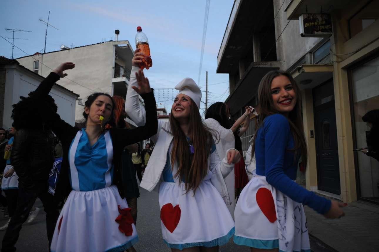 Νεαρές στρουμφίτες απολαμβάνουν το τοπικό κρασί που ρέει άφθονο εκείνες τις ημέρες