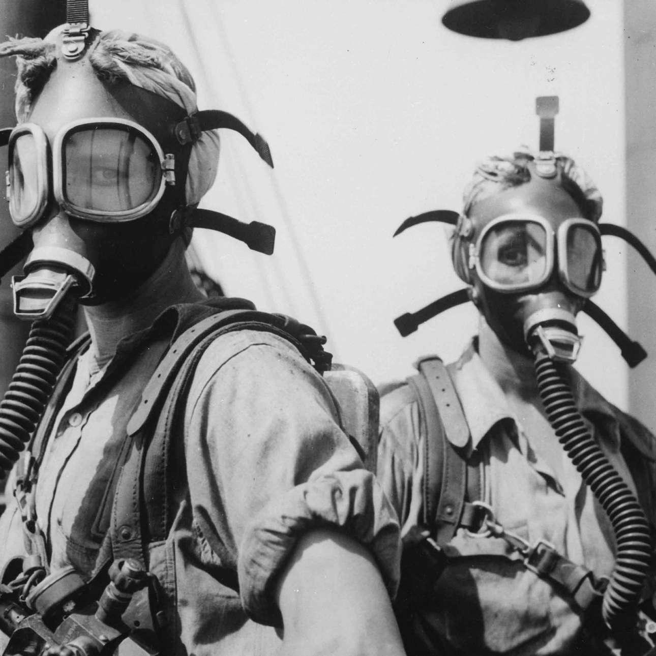 Ιντιάνα ΗΠΑ: δύο εργάτριες του χαλυβουργείου στο Γκάρι Γουόρκς, που παρήγε πολεμικό υλικό, φορούν μάσκες προστασίας καθώς ασχολούνται με τον καθαρισμό των πύργων υψικαμίνων. Οι πόλεμοι έβγαλαν πολλές γυναίκες από τα σπίτια και τις οδήγησαν στα εργοστάσια σε μια διαδικασία που αθόρυβα βοήθησε στη χειραφέτησή τους