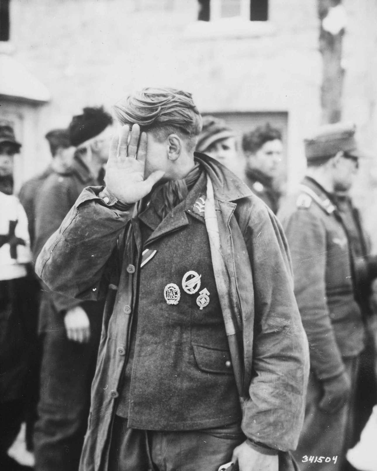 Ιανουάριος 1944, Βέλγιο: ο γερμανός αιχμάλωτος δεν θέλει να συλληφθεί (και) από την κάμερα, έτσι κρύβει το πρόσωπό του
