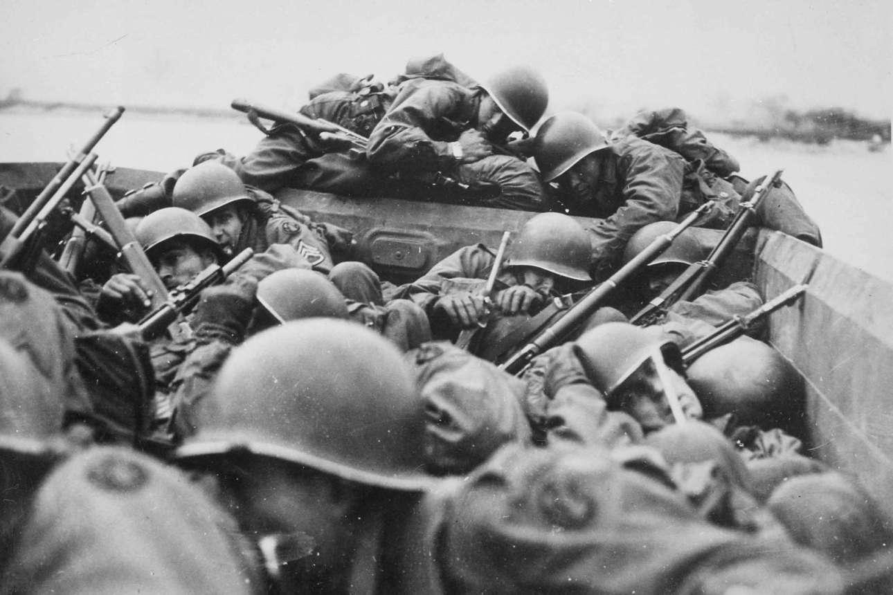 Μάρτιος 1945: αμερικανοί στρατιώτες προσπαθούν να αποφύγουν τα εχθρικά πυρά καθώς διαπλέουν με αποβατικό ακάτιο τον Ρήνο