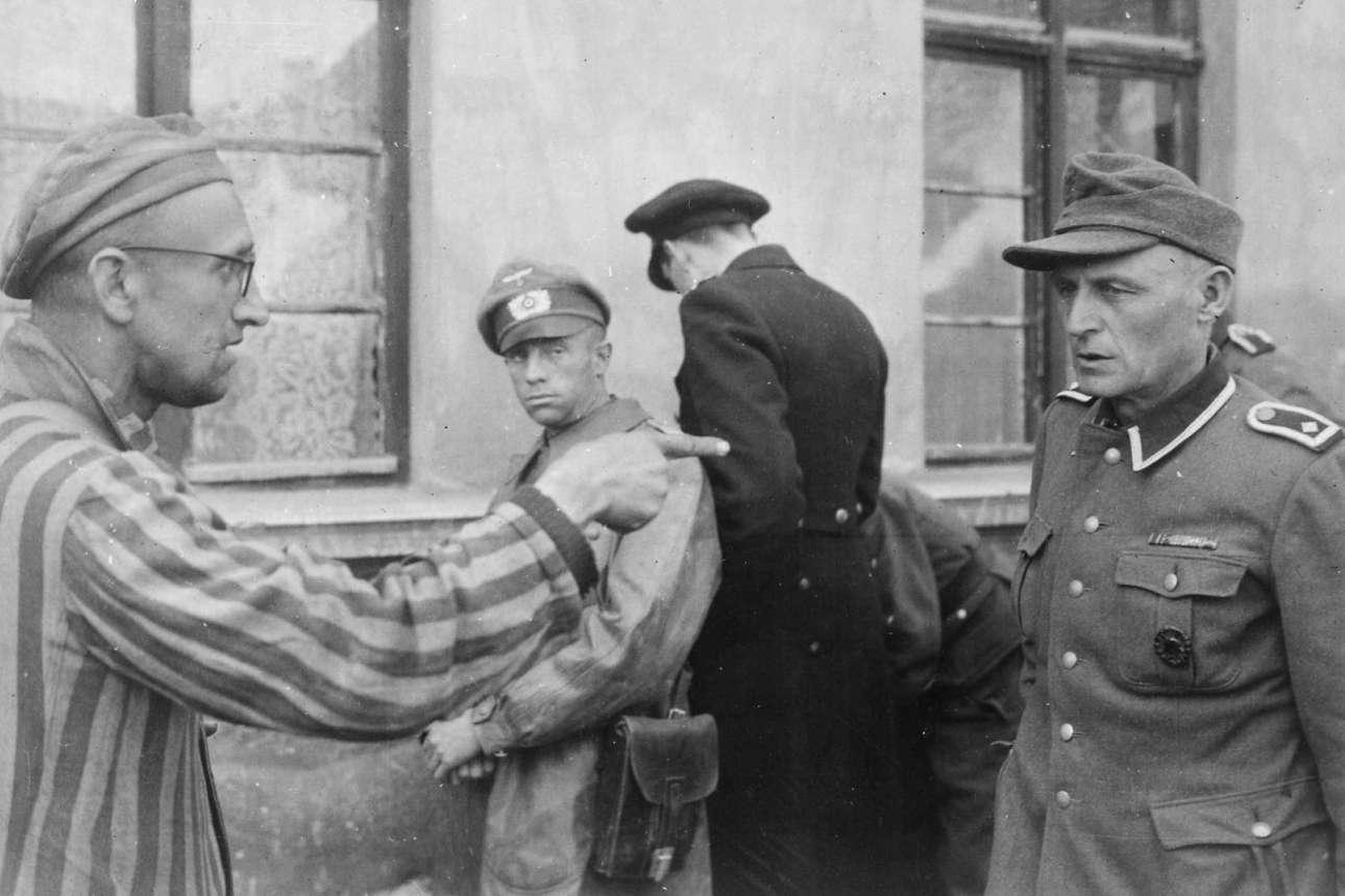 14 Μαΐου 1945, Γερμανία: ένας «σκλάβος εργάτης» των Γερμανών, ρωσικής καταγωγής, δείχνει με τον δείκτη του δεξιού χεριού του τον δεσμοφύλακα που τον βασάνιζε