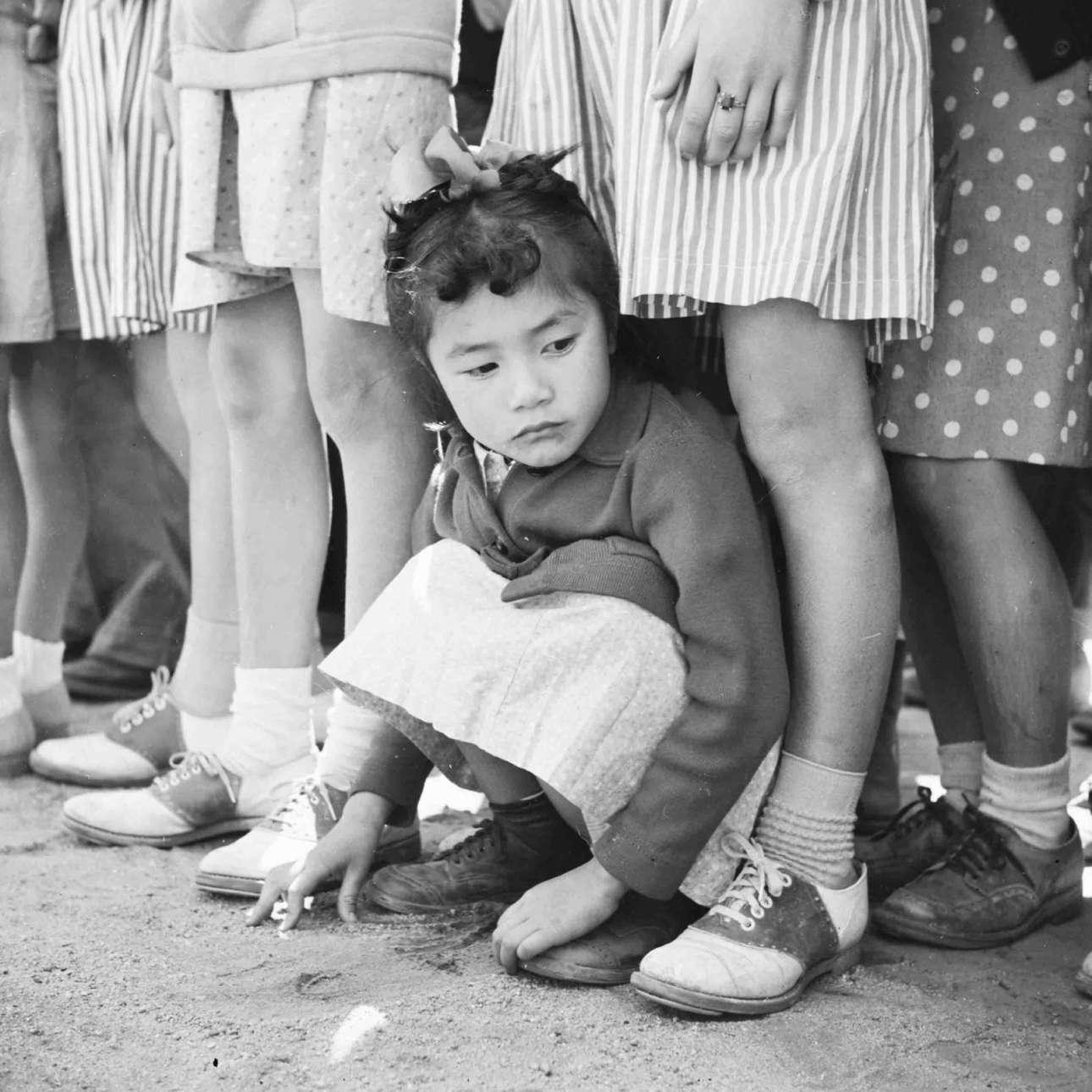 Αχρονολόγητο στιγμιότυπο, ΗΠΑ: ένα κοριτσάκι ιαπωνικής καταγωγής παρακολουθεί εκδηλώσεις της «Ημέρας Μνήμης» που έχουν καθιερώσει οι Αμερικανοί για να τιμούν τους στρατιώτες τους που έπεσαν στα πεδία των μαχών