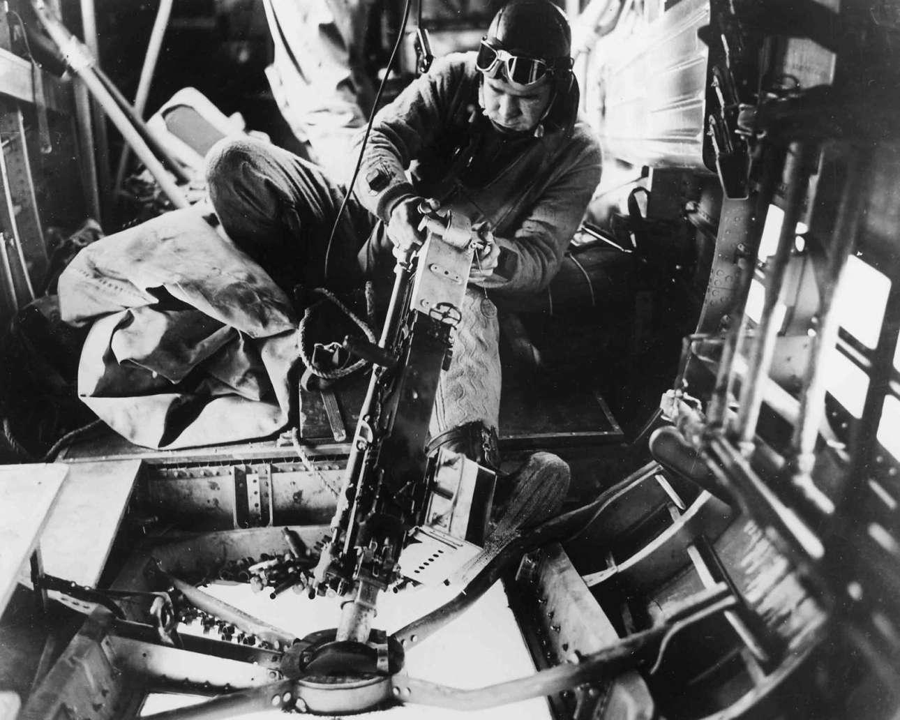 Αχρονολόγητο στιγμιότυπο από ώρα μάχης: ο Γουίλιαμ Γουάτς, πυροβολητής σε αεροσκάφος της Πολεμικής Αεροπορίας των ΗΠΑ, μάχεται εναντίον γερμανικών αεροπλάνων