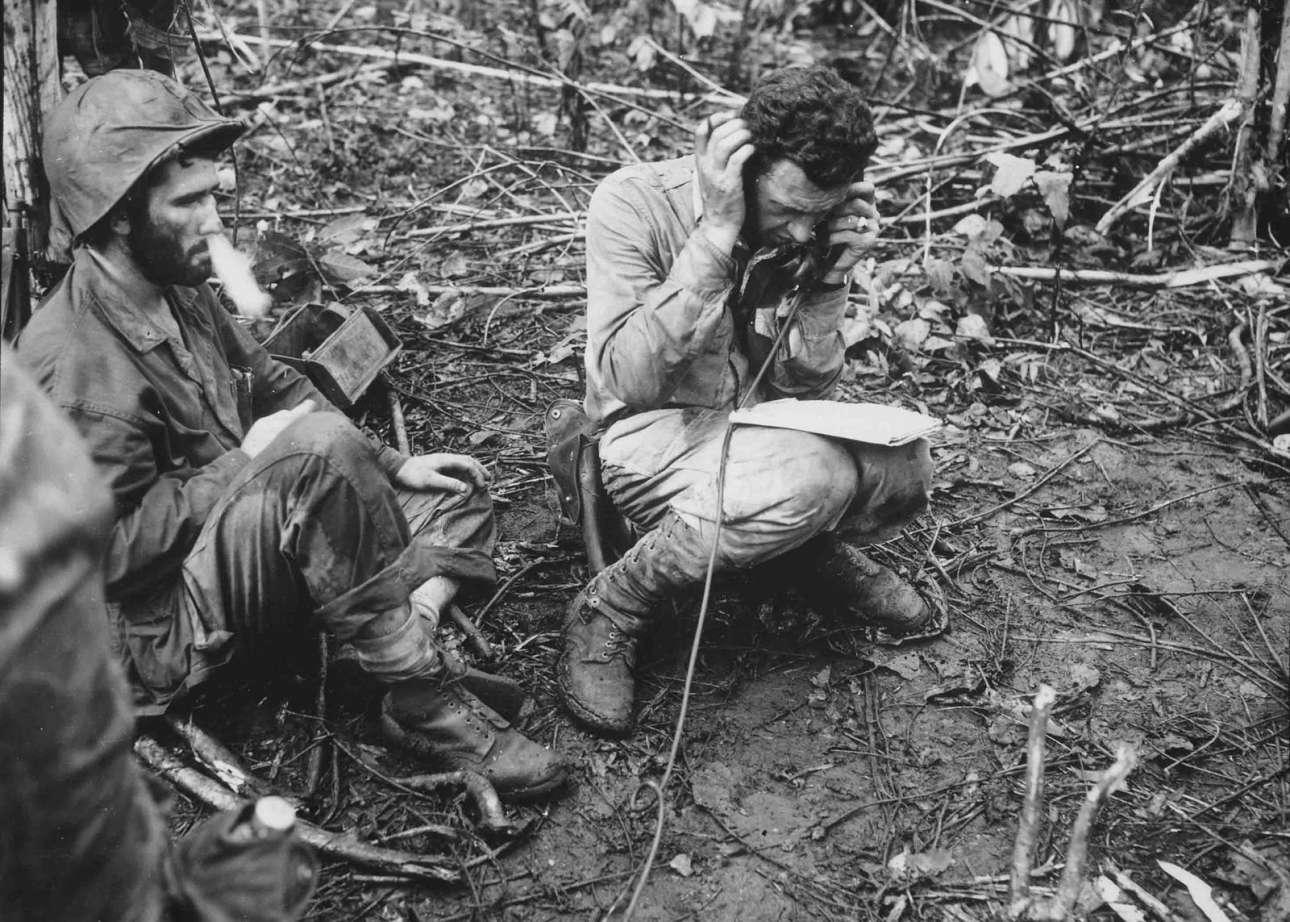 Ιανουάριος 1944, Νέα Γουινέα: ο αμερικανός υπολοχαγός των Πεζοναυτών Τζον Γουέμπερ λαμβάνει οδηγίες μέσω ασυρμάτου, ενώ ο συμπατριώτης του πεζοναύτης Βίνσεντ Μίλεϊ καπνίζει