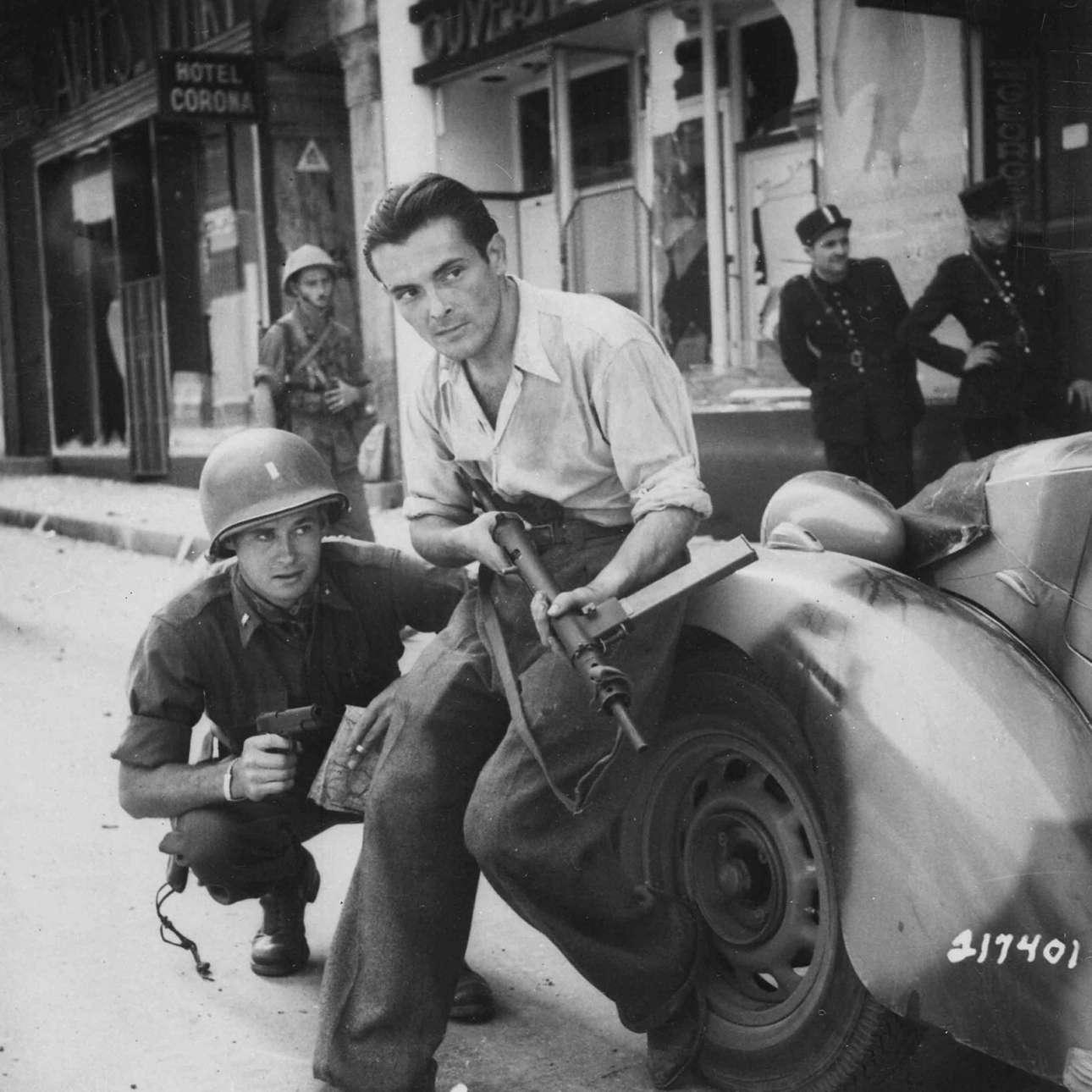 Καλοκαίρι 1944, Γαλλία: ο γάλλος παρτιζάνος κρατά το αυτόματο και ο αμερικανός αξιωματικός το πιστόλι