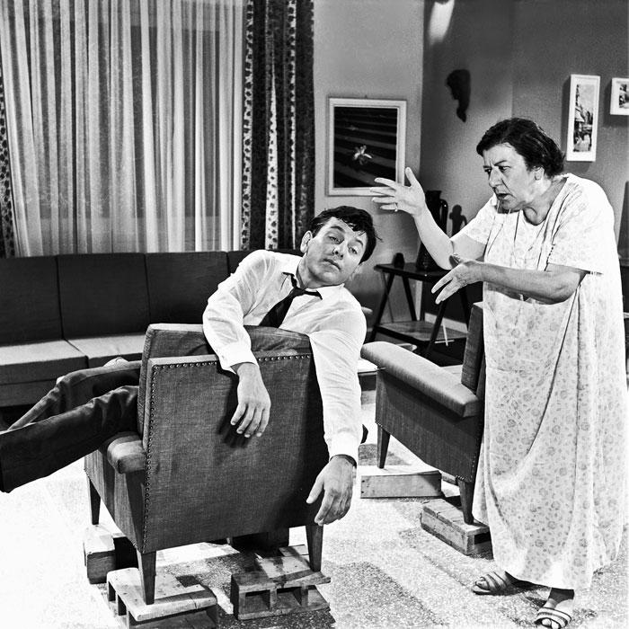 Στα γυρίσματα της «Χαρτοπαίκτρας» (1965) του Δαλιανίδη. Προσοχή στη λεπτομέρεια: τα έπιπλα είναι πάνω σε παλέτες ώστε να μη φαίνεται τόσο θηριώδης η Νοταρά