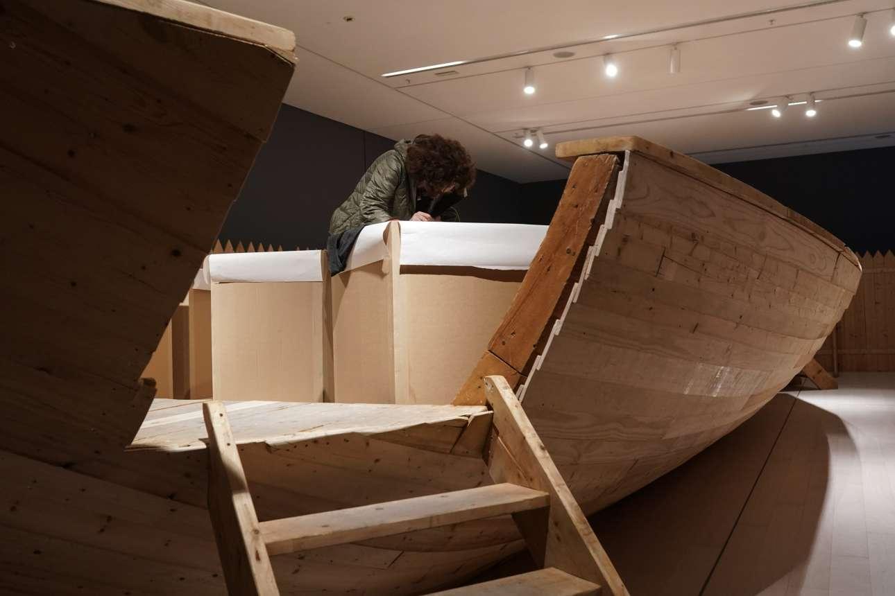 Μία επισκέπτρια πάνω στο έργο «Πλοίο της ζωής μου» του Ιλια Καμπακόφ