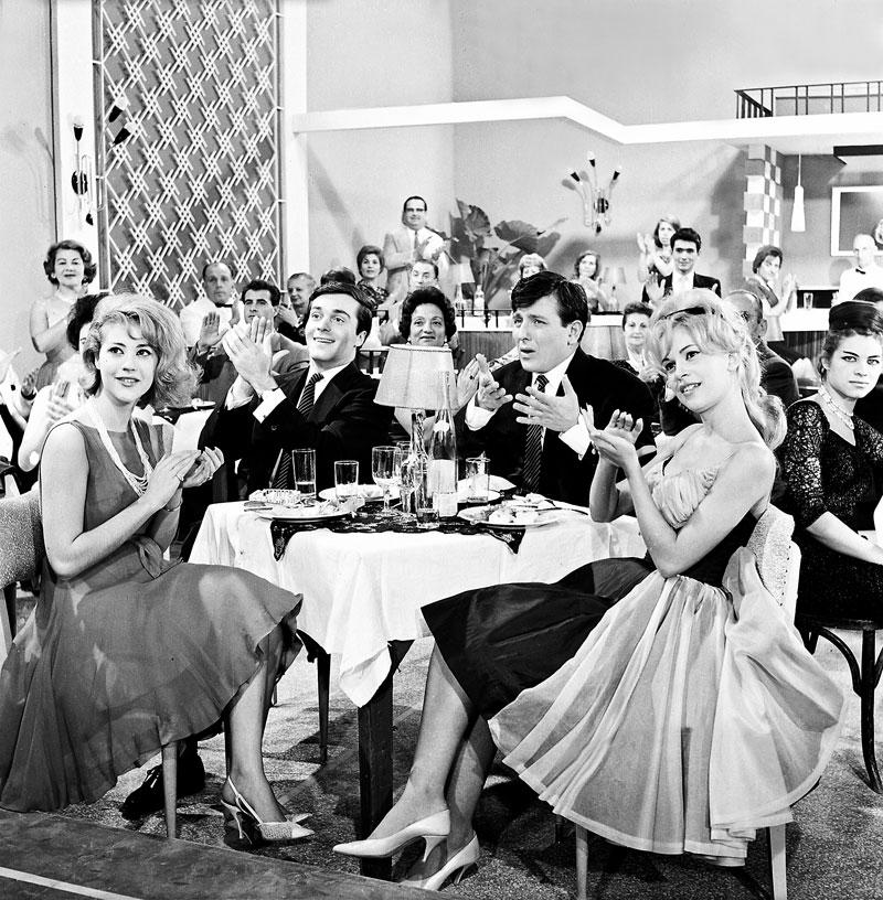 Στο «Μερικοί το προτιμούν κρύο» (1963) του Δαλιανίδη, με τη Ζωή Λάσκαρη, τον Βαγγέλη Βουλγαρίδη και τη Χλόη Λιάσκου