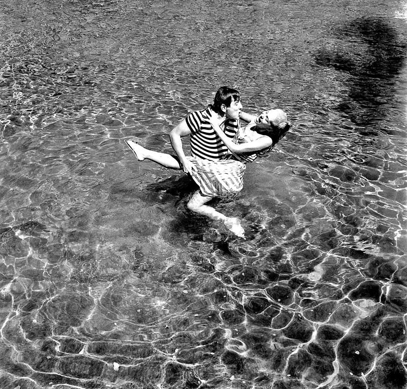 Εικονογραφώντας την ανεμελιά των ελληνικών 60s, στο «Μερικοί το προτιμούν κρύο» (1963) του Δαλιανίδη, φυσικά με τη Χλόη Λιάσκου