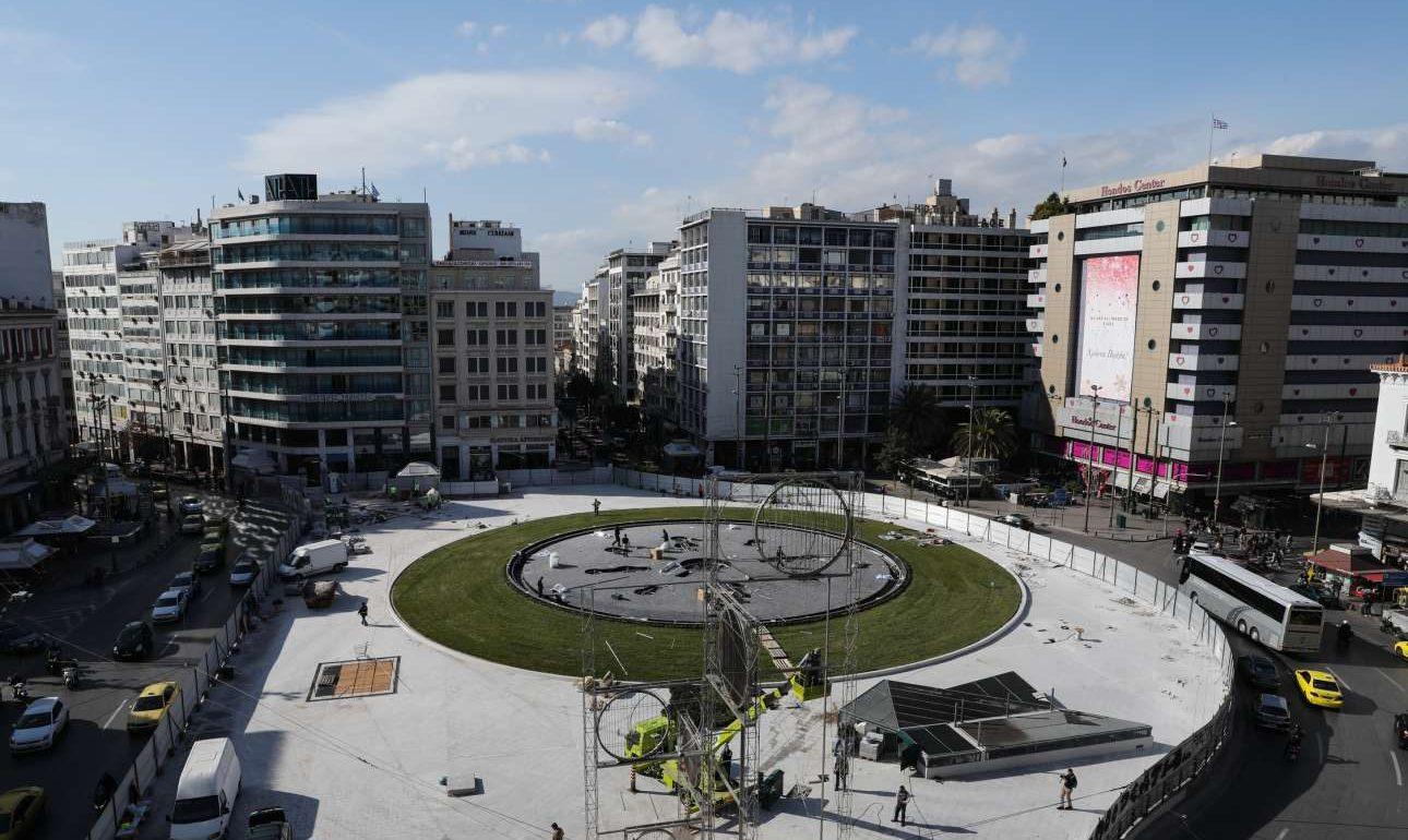 Το γκαζόν περιμετρικά του σιντριβανιού καλύπτει μια μεγάλη έκταση, θυμίζοντας την εικόνα που είχε τα παλαιότερα χρόνια η πλατεία