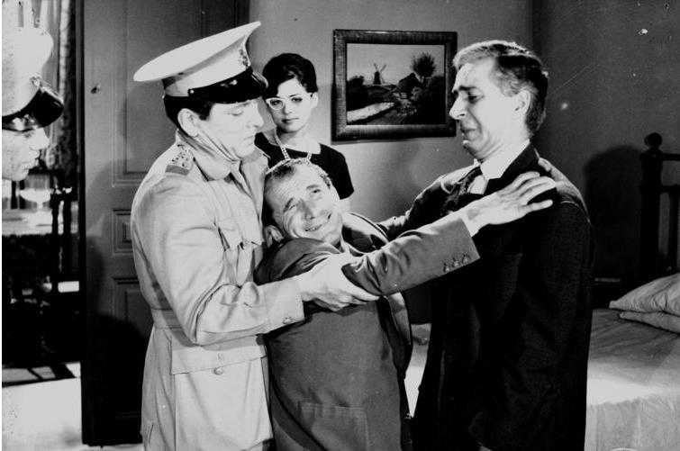 Σε έναν χαρακτηριστικό δεύτερο ρόλο στον «Σκληρό Ανδρα» (1961) του Δαλιανίδη, εδώ με τον Κώστα Χατζηχρήστο, τη Μάρθα Βούρτση και τον Ευάγγελο Πρωτόπαππα