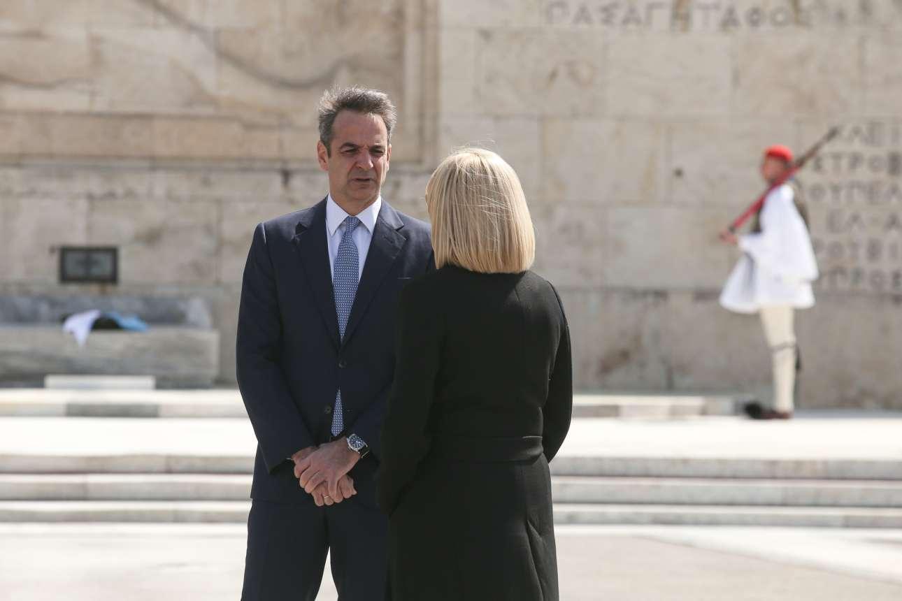 Ο Κυριάκος Μητσοτάκης συνομιλεί με τη Φώφη Γεννηματά πριν από την τελετή