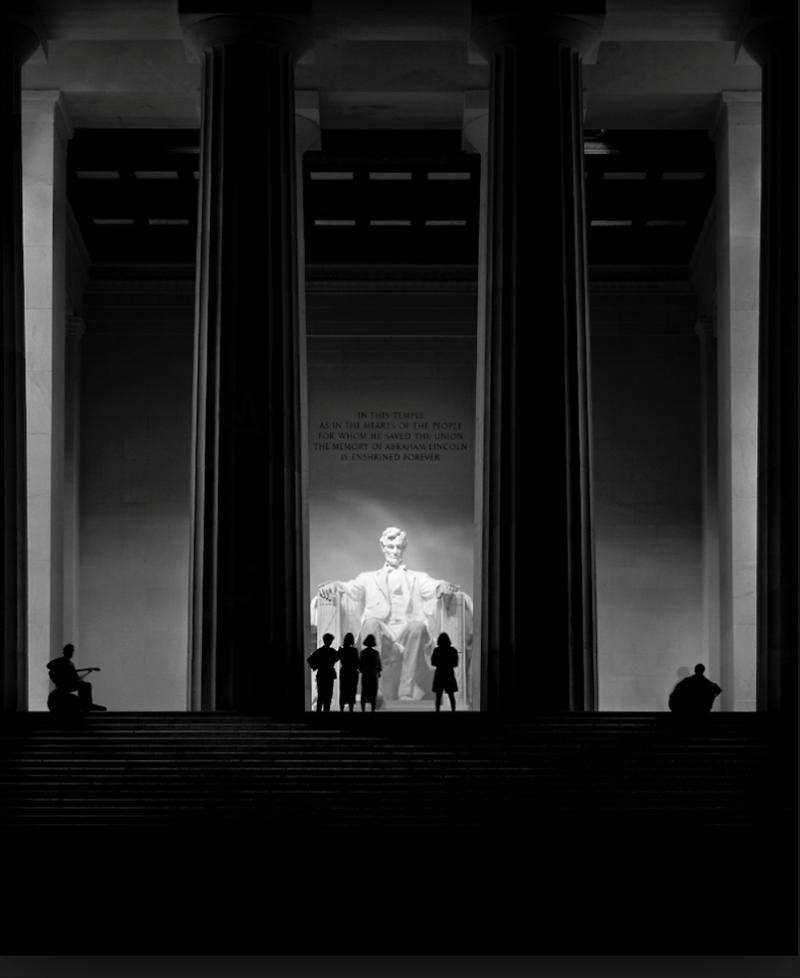 Νυχτερινή λήψη από το Μνημείο του Λίνκολν (Lincoln Memorial) στην Ουάσιγκτον, απεικονίζοντας τον 16ο αμερικανό πρόεδρο σαν αιωρούμενο θεό