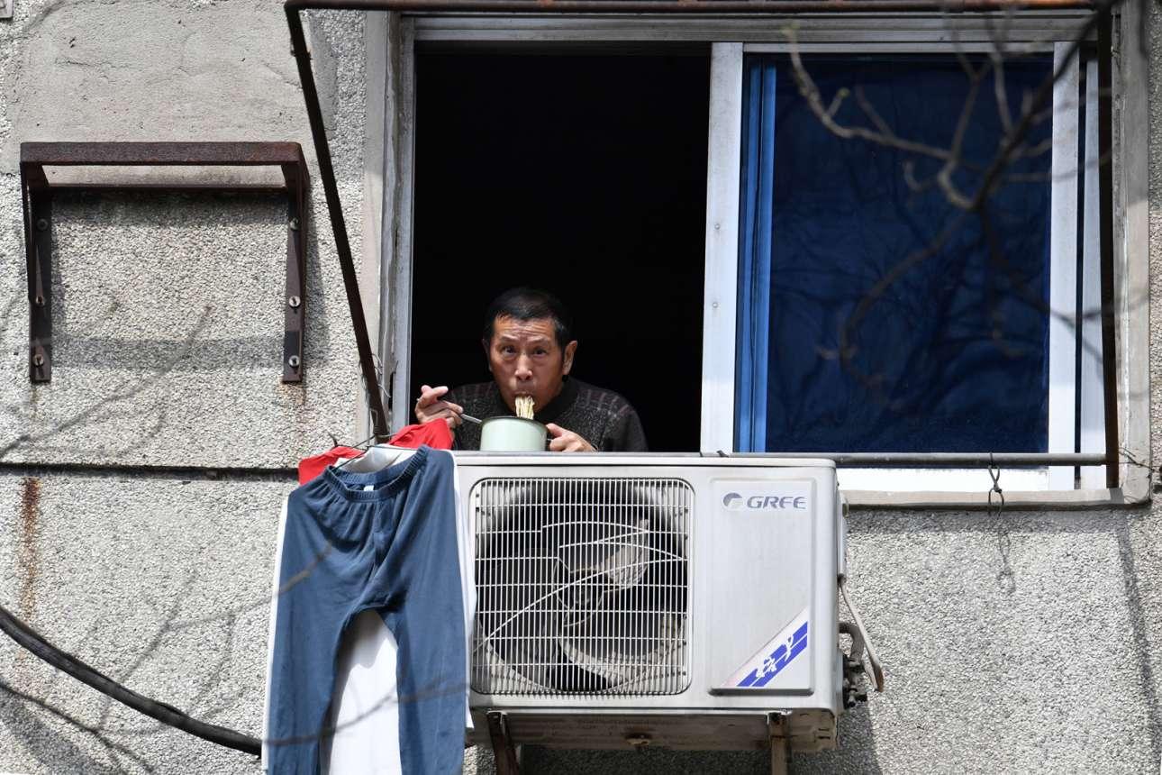 Μοναχικό γεύμα με θέα τον κλιματισμό και τα κρεμασμένα ρούχα για τον έγκλειστο της Γιουχάν