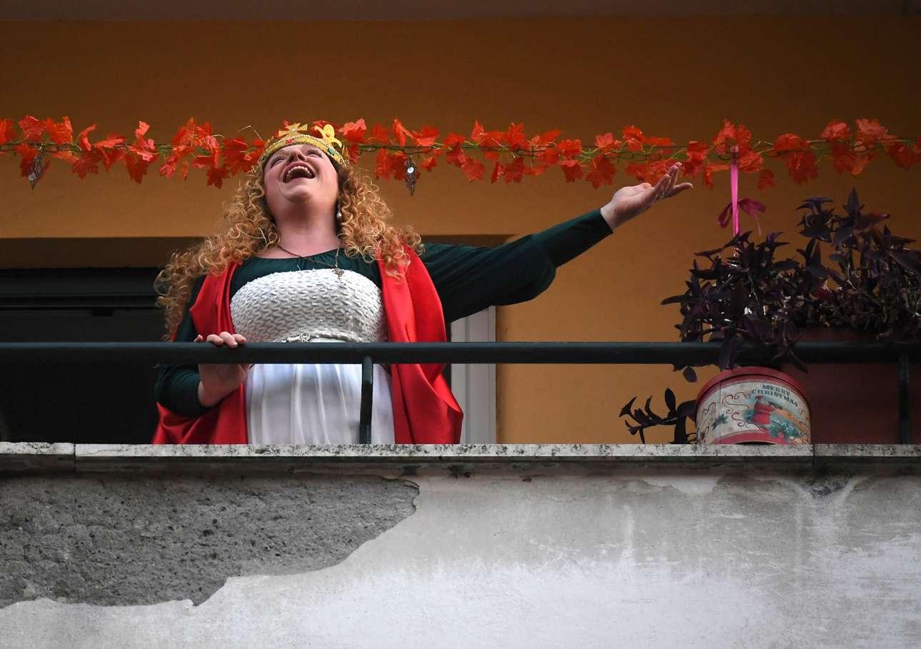 Σε ένα άλλο μπαλκόνι της Ρώμης μια γυναίκα τους αφιερώνει ένα τραγούδι