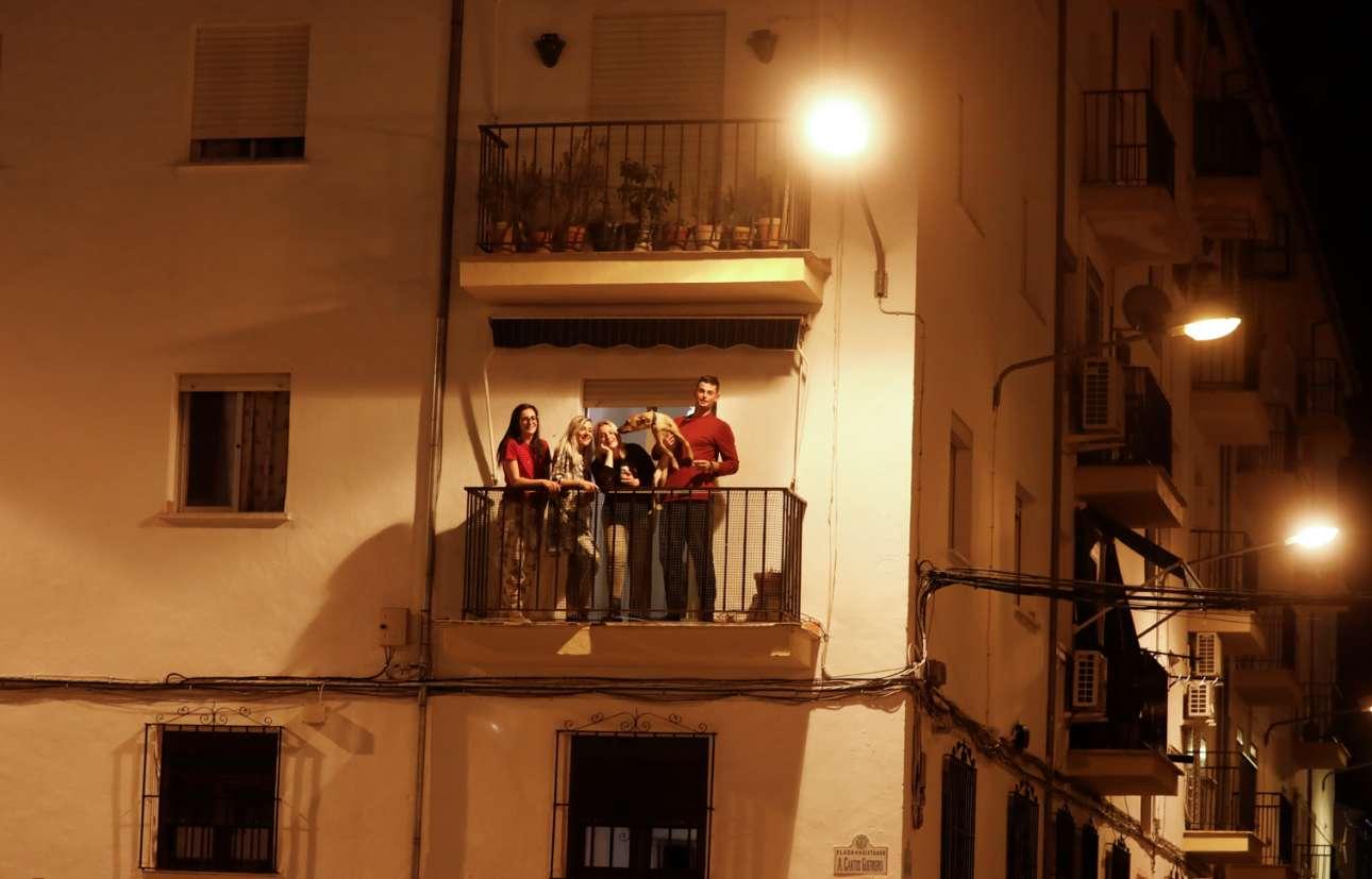 Συγκάτοικοι... στον κορονοϊό. Αναμνηστική φωτογραφία για τους νέους που μοιράζονται ένα διαμέρισμα στη Ρόντα της Ισπανίας