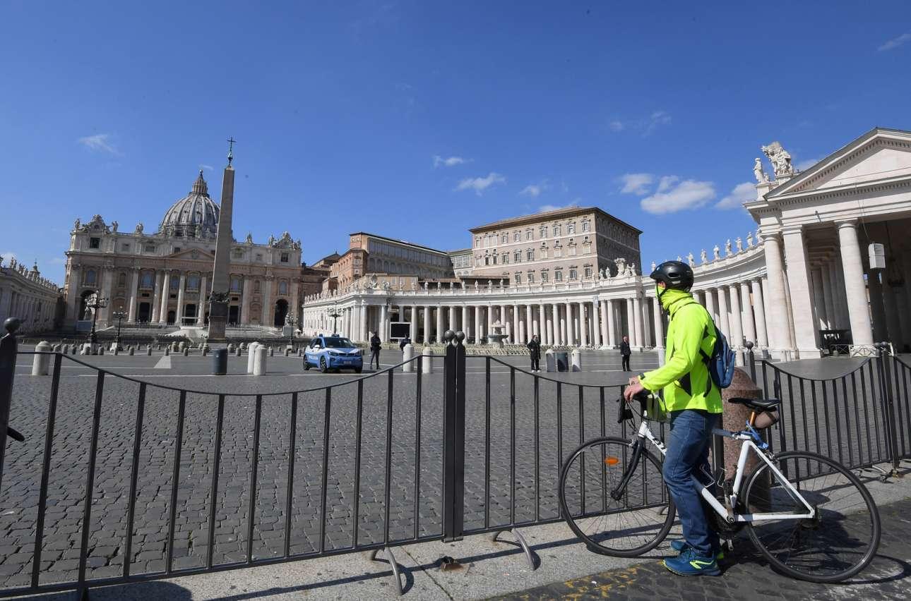 Ενας ποδηλάτης κάνει στάση στην πλατεία Αγίου Πέτρου για να δει το Βατικανό όπως σίγουρα δεν το έχει ξαναδεί...