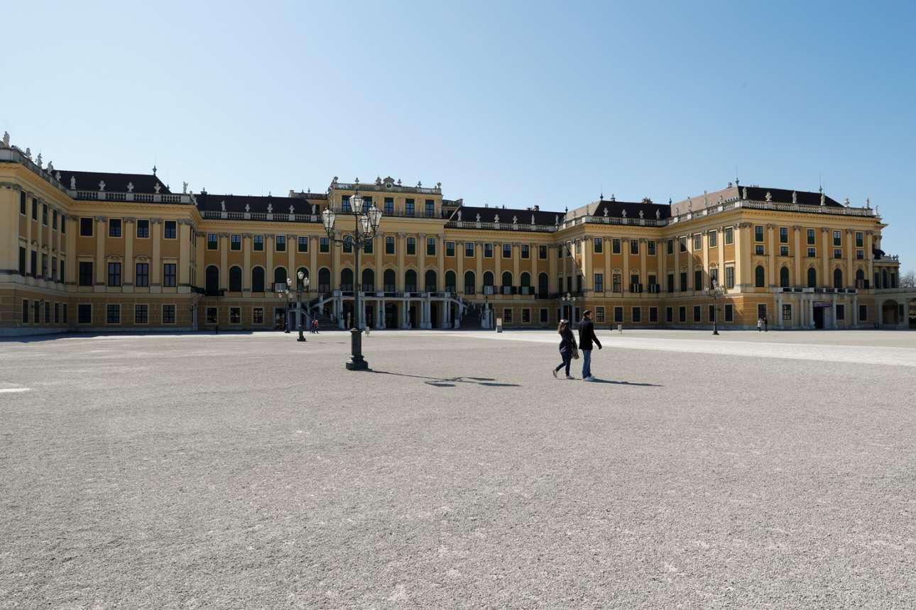 Δύο - τρία ζευγάρια μονάχα αψηφούν την καραντίνα και κάνουν περίπατο έξω από τα Ανάκτορα Σένμπρουν στη Βιέννη