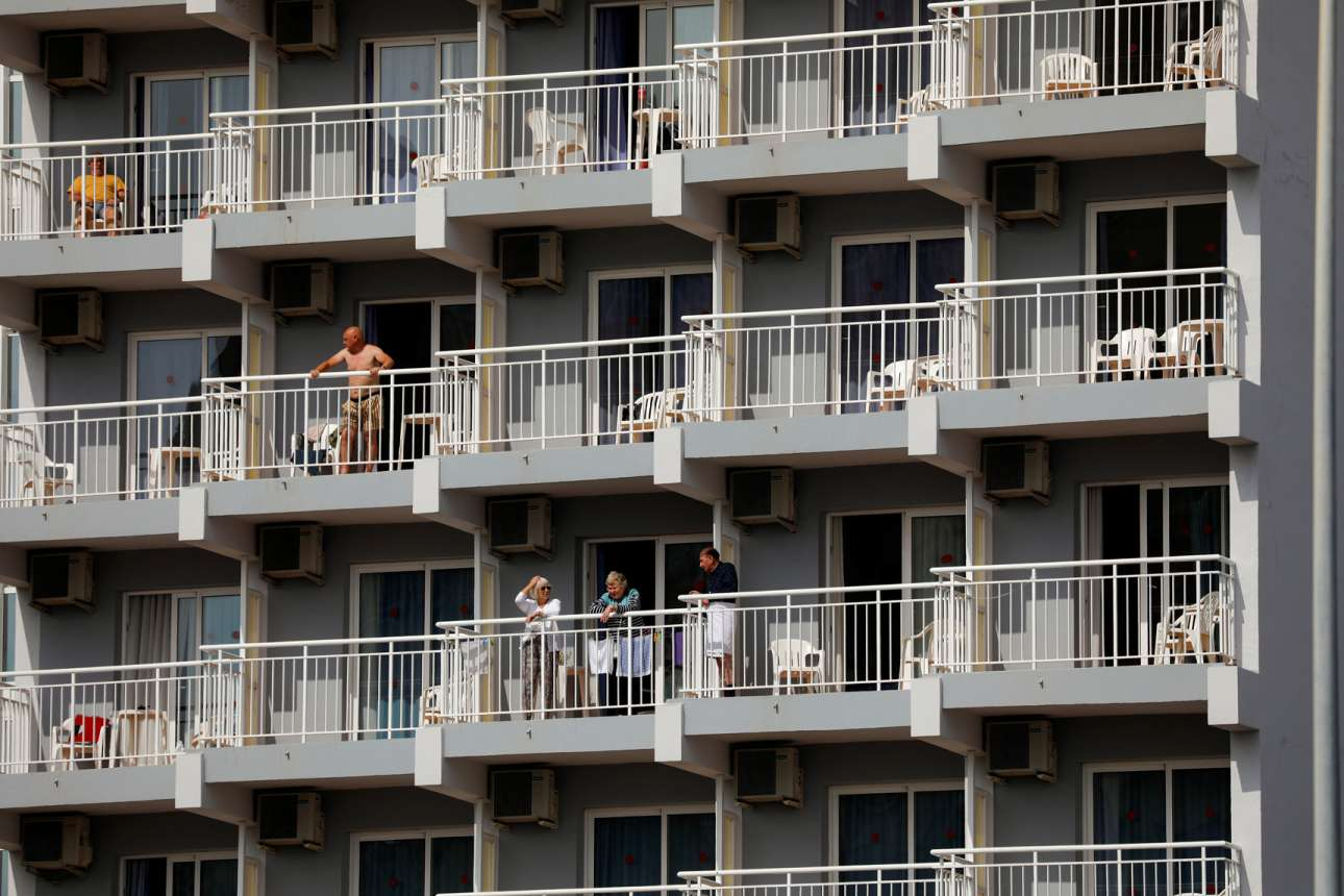 Σε ξενοδοχείο της νότιας Ισπανίας, οι παγιδευμένοι ένοικοι βγαίνουν στα μπαλκόνια για να πάρουν λίγο αέρα