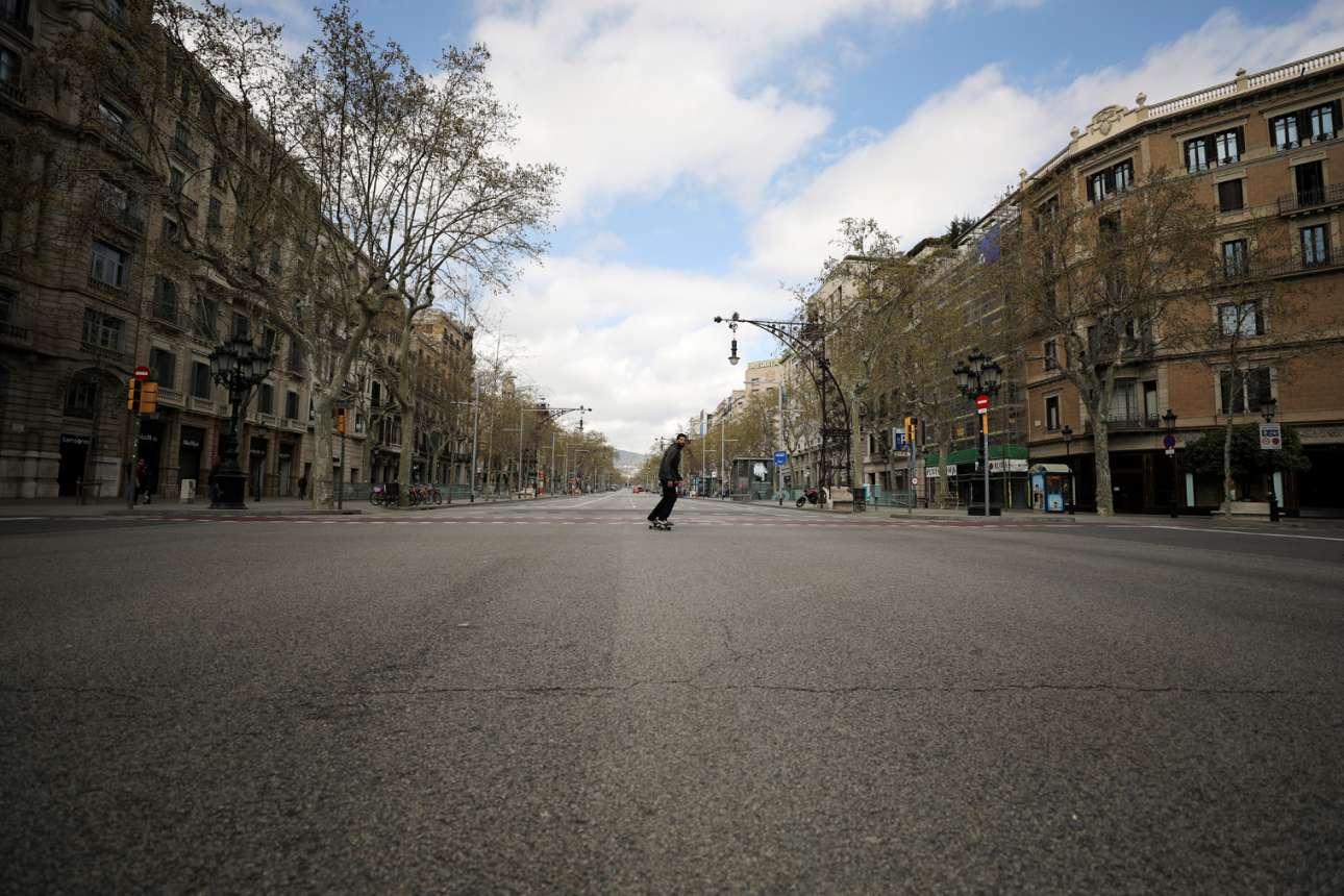 Ευκαιρία για σκέιτ στην Passeig de Gracia στην άδεια Βαρκελώνη