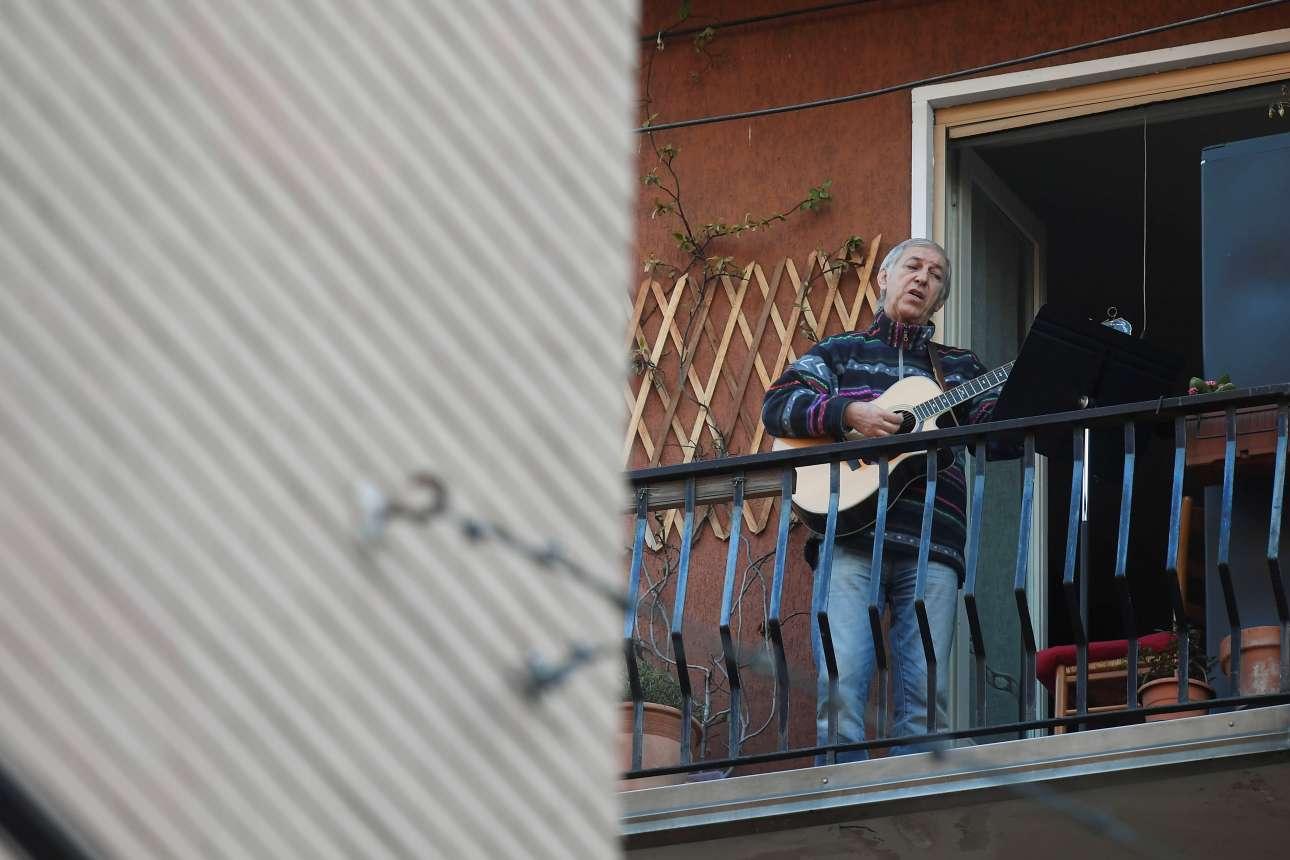 «Lasciatemi Cantare» στο Μιλάνο. «Αφήστε με να τραγουδώ, με μια κιθάρα στο χέρι» όπως λέει και το διάσημο τραγούδι... αυτό φαίνεται να ζητούν και οι κλεισμένοι στα σπίτια τους Ιταλοί