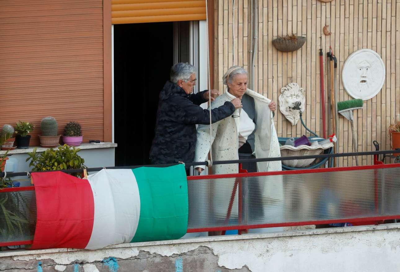Αγάπη και φροντίδα στις μέρες της καραντίνας σε μπαλκόνι της Ρώμης