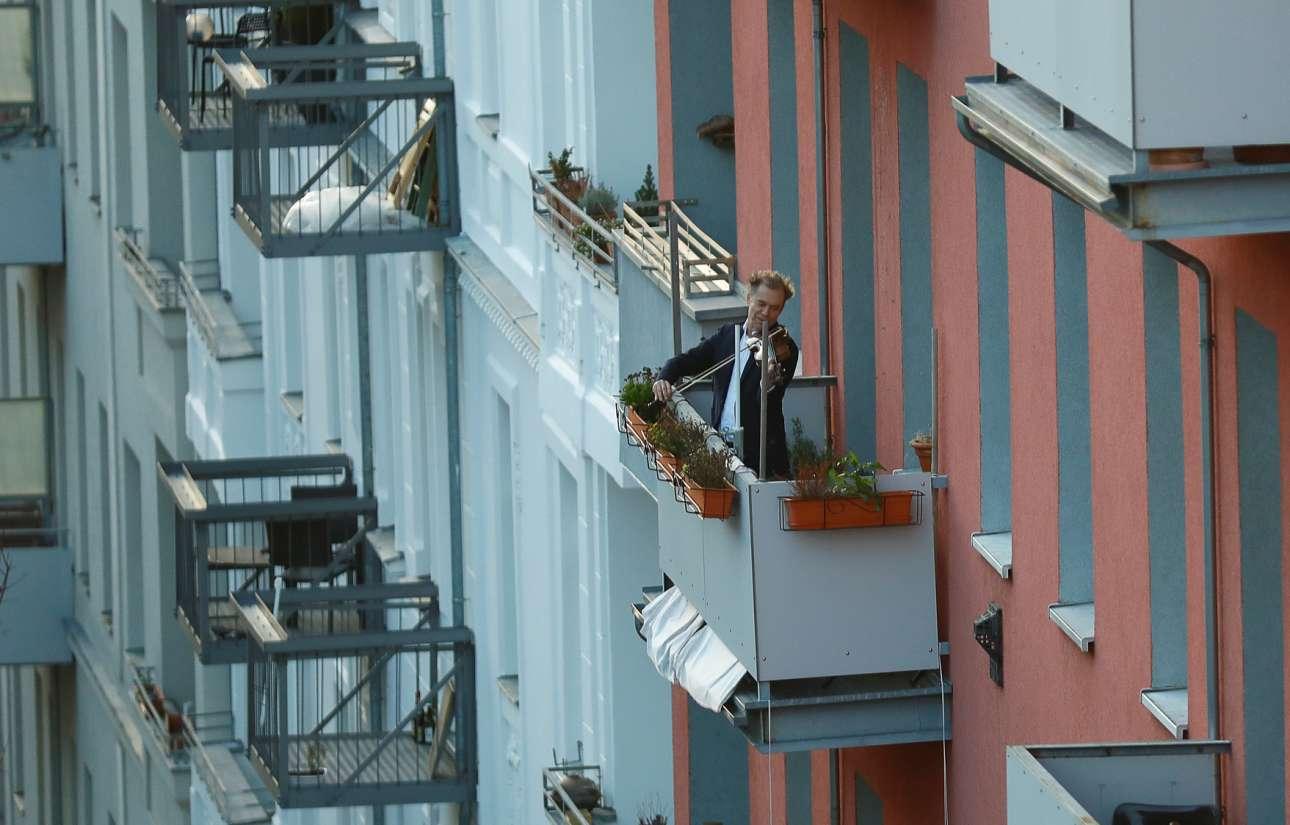 Ο βιολιστής... στο μπαλκόνι προσπαθεί να ανυψώσει το ηθικό των Βερολινέζων
