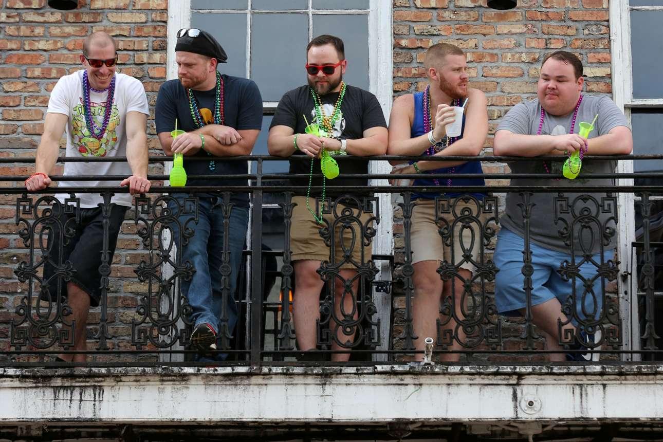 Τουρίστες συγκεντρώνονται σε ένα μπαλκόνι στη Γαλλική Συνοικία της Νέας Ορλεάνης