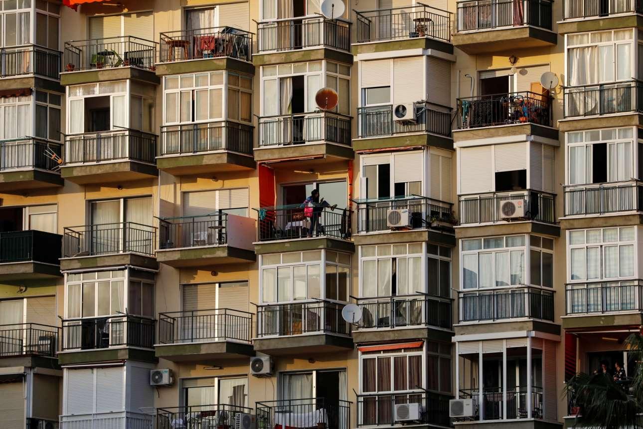 Και μία άλλη γυναίκα στο Τορεμολίνος της Ισπανίας, συνεχίζει να ασκείται έστω και στο μικροσκοπικό μπαλκόνι της
