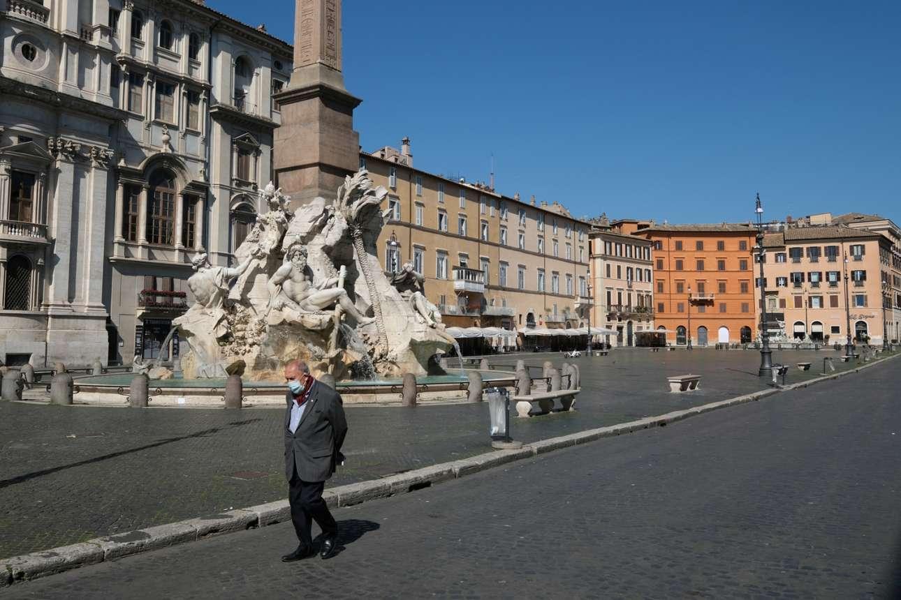 Εβδομη μέρα καραντίνας και ο κύριος της φωτογραφίας αποφάσισε να κάνει μια βόλτα στην διάσημη και πλέον εντελώς άδεια πλατεία Ναβόνα στη Ρώμη