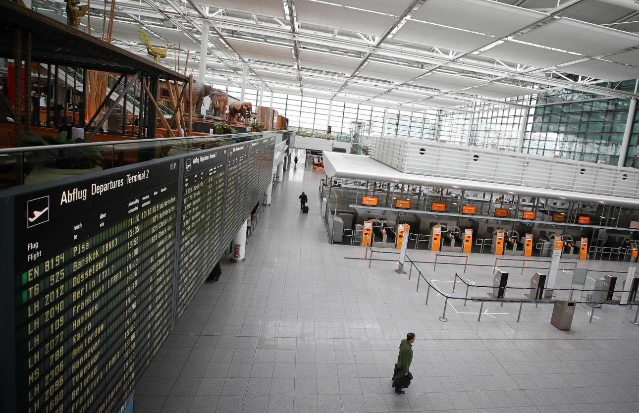 Ερημωμένα γκισέ της Lufthansa και ελάχιστοι τολμηροί ταξιδιώτες στο αεροδρόμιο του Μονάχου