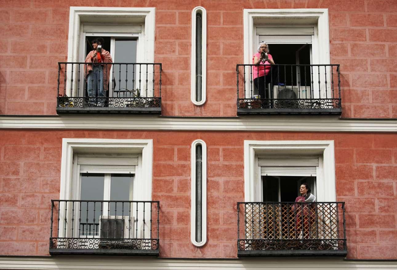 Στη Μαδρίτη χτυπάνε τα κατσαρολικά τους απαιτώντας από τον τέως βασιλιά Χουάν Κάρλος να δωρίσει τα 100 εκατ. δολάρια που πήρε από τους σαουδάραβες στο ισπανικό σύστημα υγείας για την καταπολέμηση του κορονοϊού