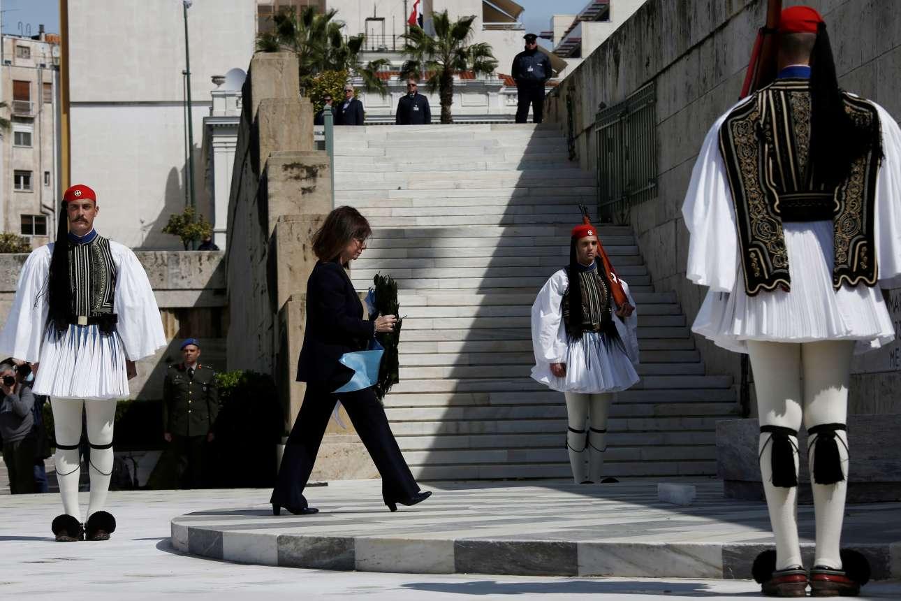 H Πρόεδρος της Δημοκρατίας καταθέτει στεφάνι στο μνημείο του Αγνωστου Στρατιώτη