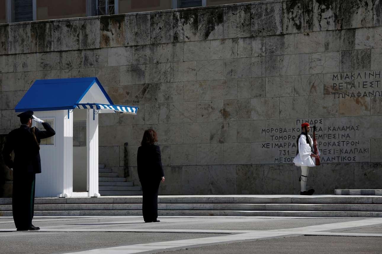 Η Κατερίνα Σακελλαροπούλου μόνη μπροστά στο μνημείο